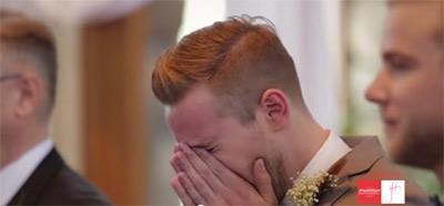 愛する人の花嫁姿を初めて見た時の新郎の幸せすぎる表情