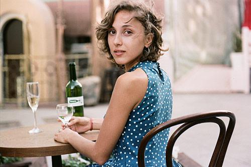 いっぱいのお酒が人を魅力的に見せる