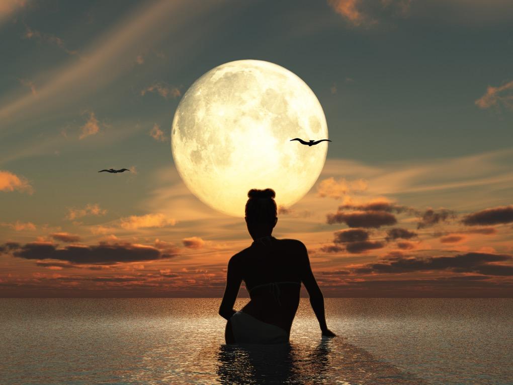 BM_Mujer-en-el-mar-frente-a-la-luna-llena_90241858