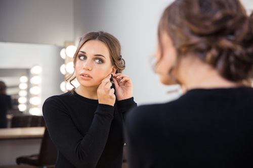 BM_Woman-putting-on-earring_98094367