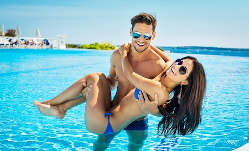 BM_Beautiful-Couple-Resting-By-The-Pool-During-The-Holiday_106054147