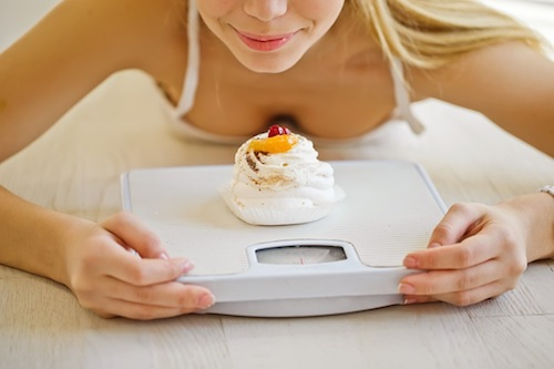 BM_beautiful-woman-eat-scale_107760810
