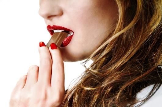 bm_sexy-girl-eating-chocolate_10522896
