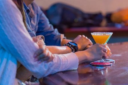 男性にドン引きされるサシ飲み行動4つ