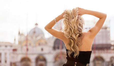 後ろ姿が美しい女性ほど恋を引きよせる!「姿勢」が恋のモチベーションを左右する