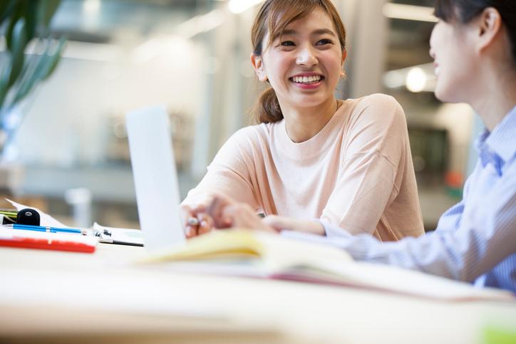 職場で好感度が高い女性の特徴と行動