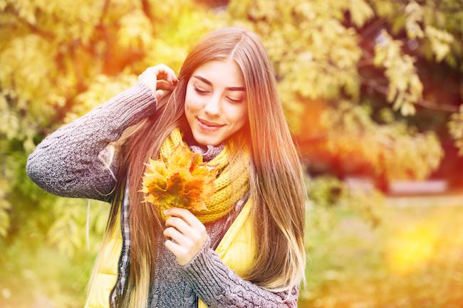 秋の恋を探す女性