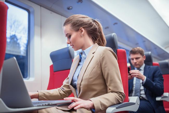 男性が電車の中でついつい目で追ってしまう女性の特徴とは?