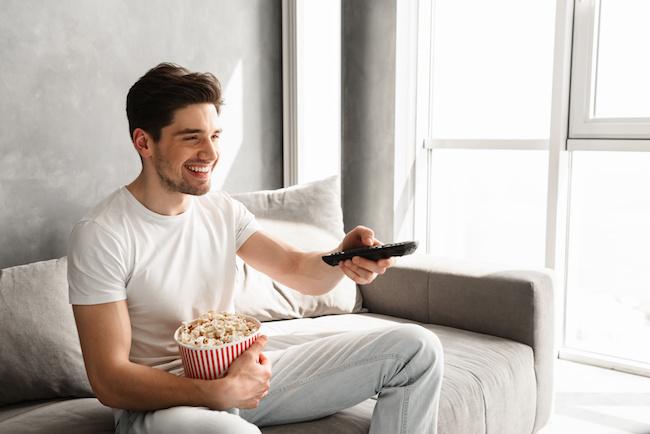 テレビに夢中な男性