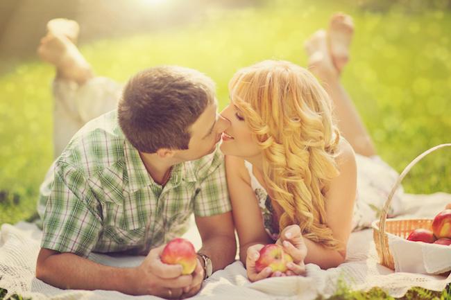 デート先など日中でも気軽にできる「可愛いキス」3パターン!