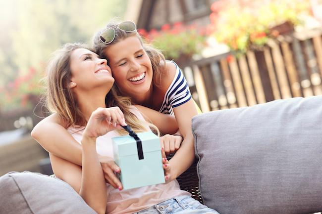 ずっと友情を維持するためにはプレゼントも重要!女友達に渡したいスベらない贈り物3選