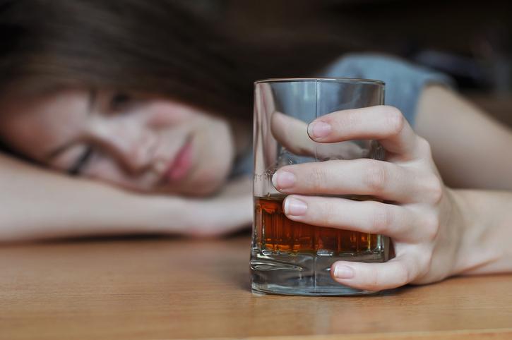 一緒にめちゃくちゃになろう♡男がムラつく女子の「ガチ酔い仕草」