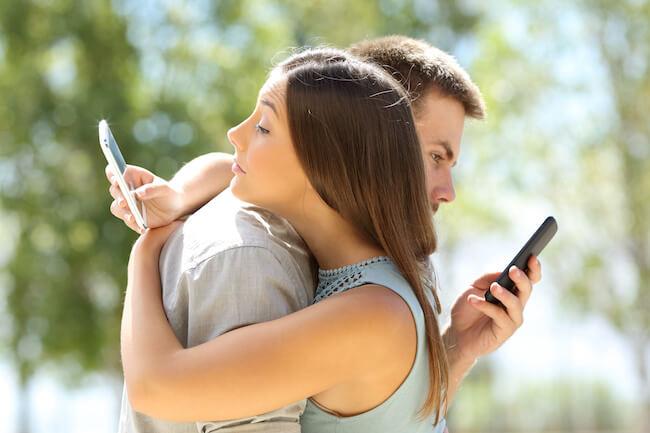 デート中のスマホチェックはNG デート中に上手にスマホをチェックする方法5選