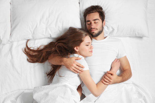 セックス後、腕枕や頭を撫でるのは本命orセフレ?画像