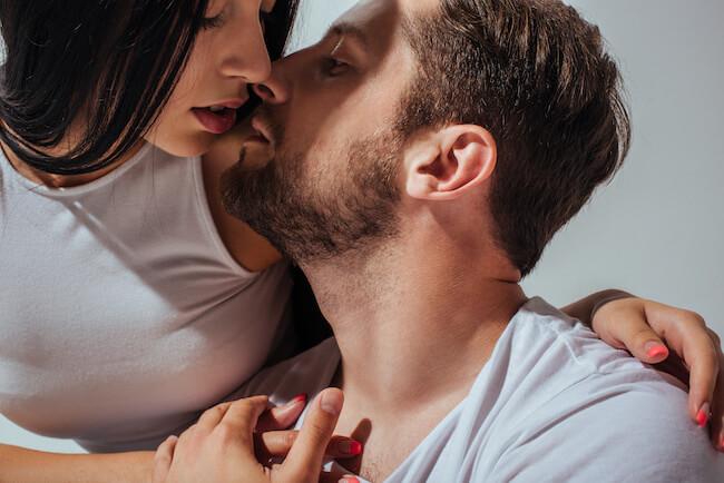 「彼のキスが下手すぎる...」さりげなく彼のキスを再教育する3ステップ