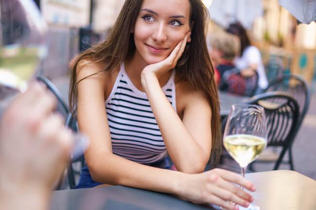 男性が「ほろ酔い女子」にされて胸キュンしちゃう仕草とは?