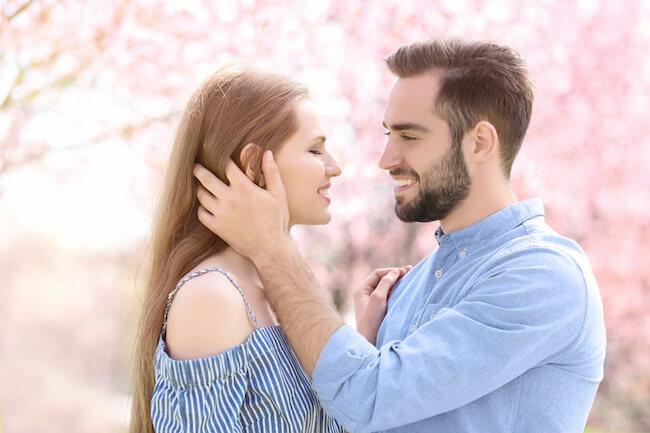 「俺だけ見ててほしい」男性が本気で「独占したい!」と思う女性の特徴とは?