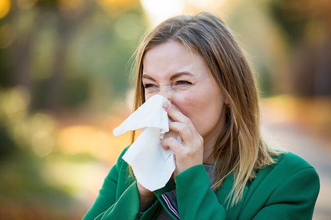 憎き花粉症…鼻をかみたいけど男性の前でかんでもいいの?どう思われる?