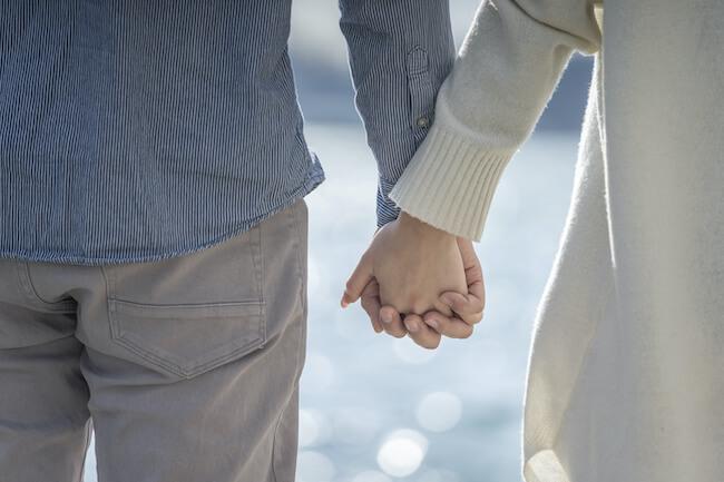 恋人繋ぎされたら脈ありって思っていい?手の繋ぎ方でわかる男性心理