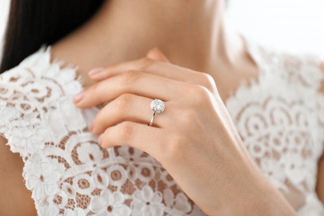 断る女性も増えてる⁉︎婚約指輪があって良かったor買わなかった理由