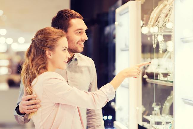 最近増えてる?!指輪にこだわらないカップルが選んだ婚約記念品4選
