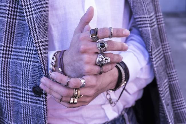 なんだか意味深な男性の指輪...つける指によって変わる意味とは
