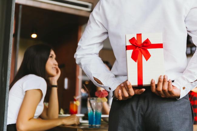 付き合う前に男性から贈られたら脈ありなプレゼント3パターン