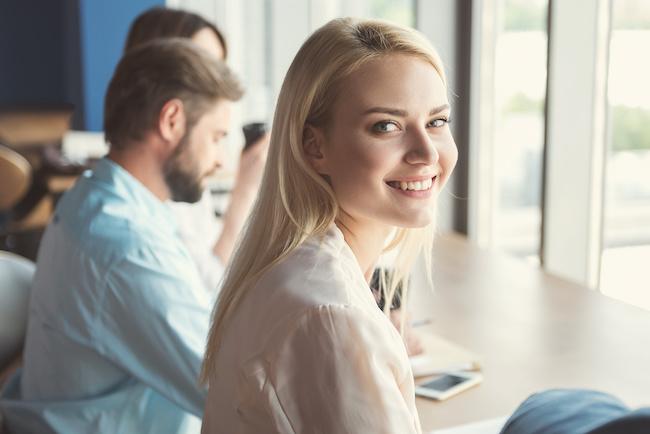 職場は出会いのチャンス!職場で男性の好感度を上げるコツ