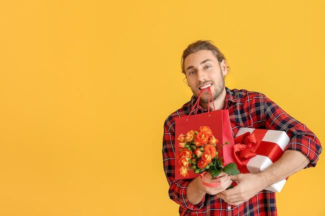 嬉しいけど…多すぎ?!やたらプレゼントをしてくる男性の心理とは