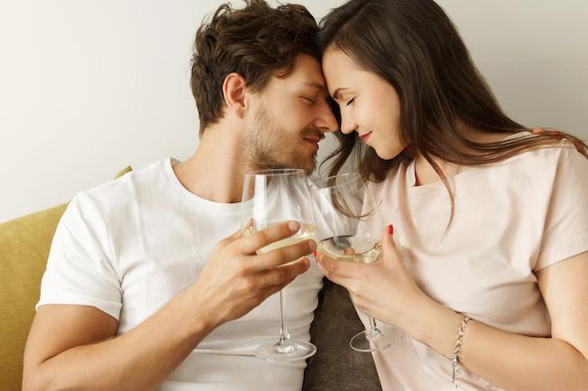 本音?それとも勢い?酔った時しか「好き」と言わない男性の心理3選