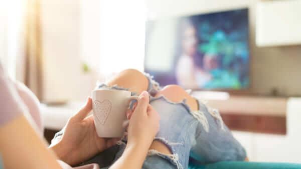 恋愛映画やドラマを見る