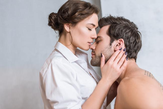 彼の耳を塞いでキス…♡彼の興奮を煽る「キス×耳」のキステクとは