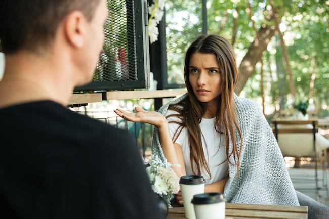 彼女の悩みを軽く聞き流す男性の心理と対処法
