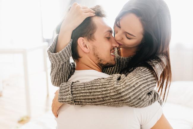 【理性が限界です…!】男性がつい「興奮しちゃうキス」3選