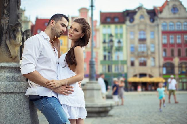 「俺だけの女でいてよ…!」嫉妬した男性が彼女にとるヤキモチサイン3選