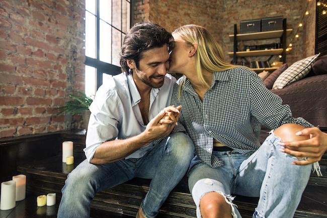 「耳舐め」が好きな男は多い!彼女からされたい理想のシチュ♡3選