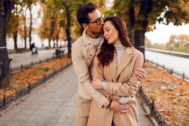 愛情が冷めにくいって本当?男性が「顔以外で惹かれる」女性のポイント