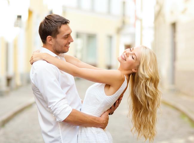 メロメロに溺れてます...。男が「ドハマり」する愛され彼女の特徴とは?