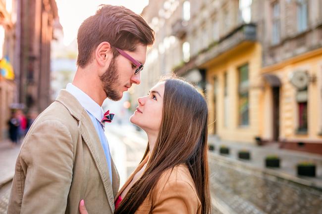 「デートしよ?」奥手男子が誘いやすい女性の特徴