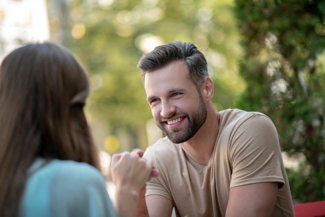 「ドキドキが止まらない!」男性が初対面で恋に落ちた瞬間3つ