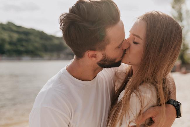 身も心も愛されて幸せ♡彼が「本気の女性」にしかしないキス4選