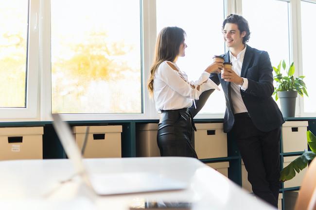恋は身近なところに♡「職場の男性」が出す惚れてるサイン3選